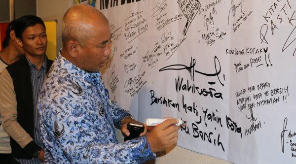 Walikota Bekasi Rahmat Effendi menandatangani petisi Kotaku bebas wilayah kumuh.[BEN]