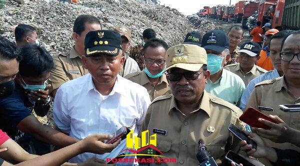 Plt Gubernur DKI Jakarta Soni Sumarsono dan Walikota Bekasi Rahmat Effendi saat meninjau TPST Bantar Gebang.[BEN]