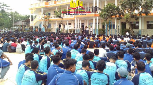Kanit Binmas Polsek Setu Iptu Desy Yulhasri memberi pembinaan di SMK Yapin 2 Cikarang Barat, Rabu 30 Nopember 2016.[RAD]