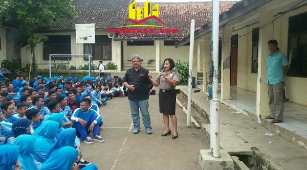 Kanit Binmas Polsek Setu Iptu Desy Yulhasri memberi pembinaan pada pelajar SMK Negeri 1 Setu, Rabu 30 Nopember 2016.[RAD]