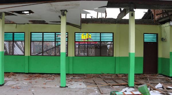 Ruang kelas SMP Negeri 4 Kota Bekasi ambruk, Senin 28 Nopember 2016.[IST]