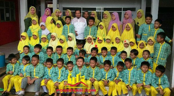 Calon Bupati Bekasi Sa'duddin bersama anak-anak TK Yayasan PKBM Pelita di Kampung Serang, Selasa 29 Nopember 2016.[RAD]