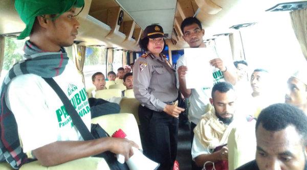 Kanit Binmas Iptu Desy Yulhasri memberi arahan pada santri yang juga berasal dari daerah Papua sebelum berangkat ke Jakarta, Jmat 4 Nopember 2016.[HSB]