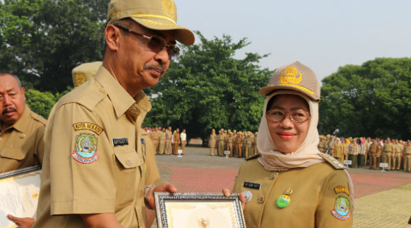 Sekda Kota Bekasi Rayendra menyerahkan piala dan piagam juara II pada Camat Pondok Melati, Ika Indah Yarti.[BEN]]