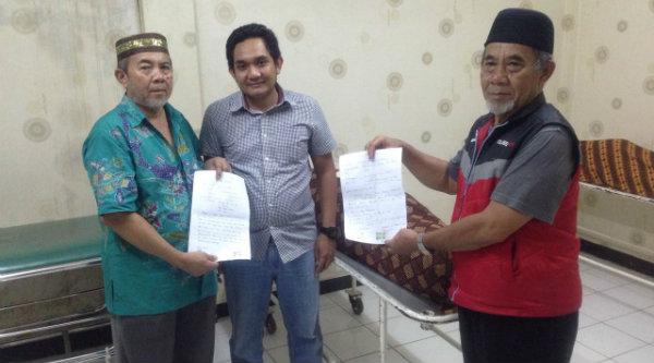 Brigadir Iim Nurochim mewakili Kapolsek Setu menyerahkan jenazah Agus Wibowo kepada  kakak korban RS Polri Sukamto, Jakarta, Minggu 27 Nopember 2016.[IDH]