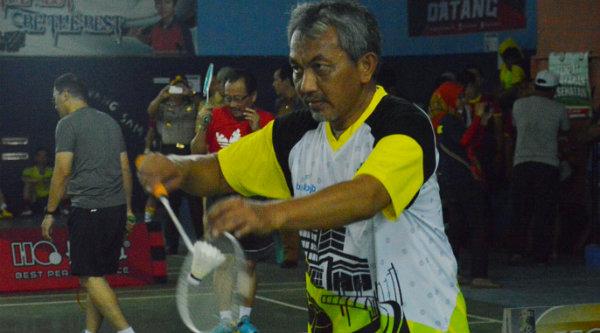 Wakil Walikota Bekasi Ahmad Syaikhu saat eksebisi pertandingan bulutangkis di Porpemda Jabar 2016.[ISH]