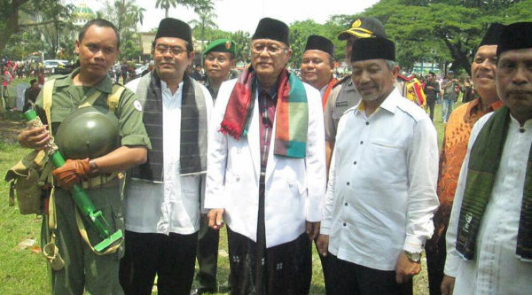 Wakil Walikota Bekasi Ahmad Syaikhu dan KH.Amin Noer, Lc (putera KH.Noer Alie) bersama tokoh masyarakat lainnya.[IST]