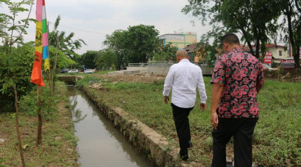 Walikota Bekasi Rahmat Effendi berjalan menelusiri anak sungai didampingi Kepala Dinas Pembangunan dan Pemukiman, Dadang Ginanjar.[BEN]