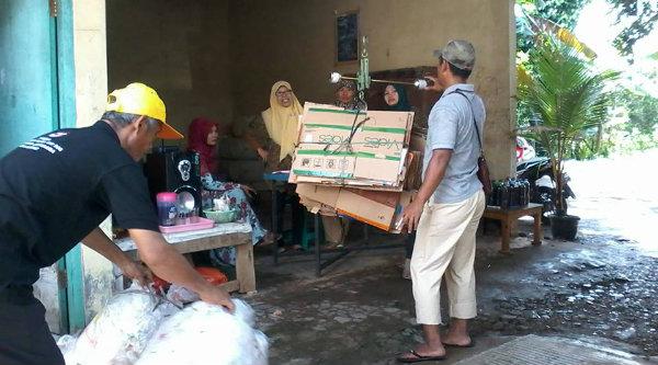 Paguyuban Peduli Sampah Warna Pelangi Berseri melakukan penimbangan dari nasabah Bank Sampah, Minggu 13 Nopember 2016.[IST]