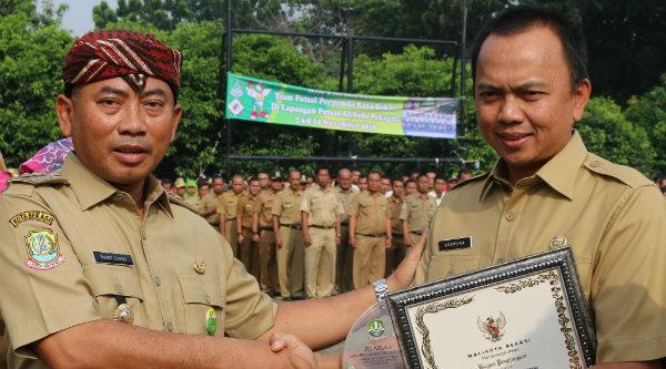 Walikota Bekasi Rahmat Effendi menyerahkan piala dan piagam juara pertama kepada Kadis Tata Kota Koswara.[BEN]