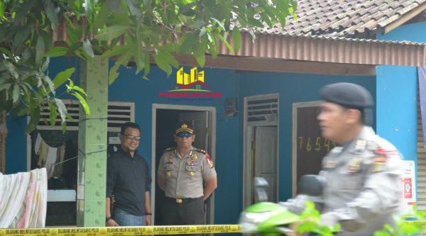 Waka Polres Metro Bekasi, AKBP Putu Putera, saat mengamankan penggerebekan yng dilakukan Densus 88 di rumah kontrakan WD RT02/05 Kampung Lubang Buaya, Kecamatan Setu, Kabupaten Bekasi, Jumat 18 Nopember 2016.[HSB]