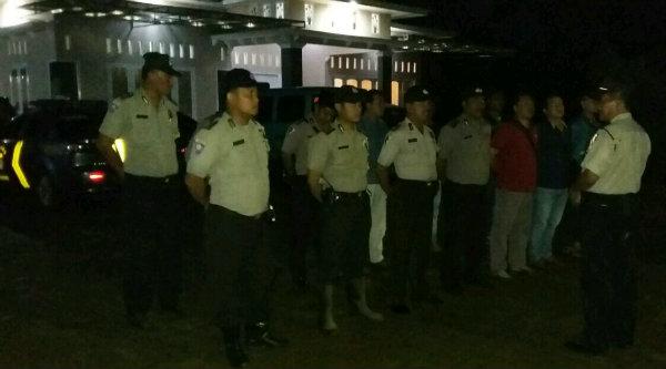Waka Polsek Setu Iptu H Yamin memberi arahan pengaman ceramah agama di Kampung Ciranji Timur, Rabu 9 Nopember 2016 malam.[SUB]