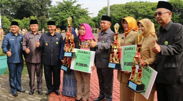 Walikota Bekasi Rahmat Effendi dan Wakil Walikota Bekasi Ahmad Syaikhu bersama para pemenang lomba Sekolah Sehat pada peringatan HKN di Plasa Kantor Walikota Bekasi, Senin 14 Nopember 2016.[BEN]