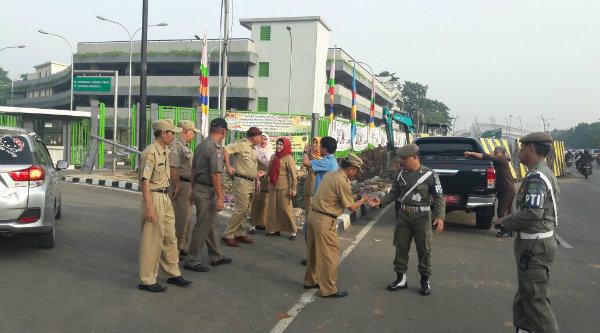 Walikota Bekasi Rahmat Effendi turun langsung mengatur lalu lintas di depan pintu masuk Stadion Patriot Candrabhaga, Senin 7 Nopember 2016.[BEN]