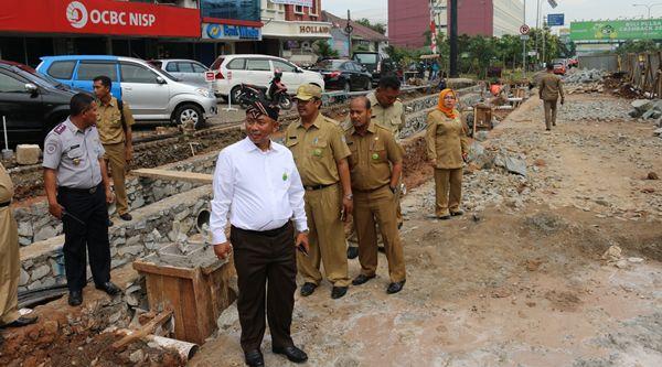 Walikota Bekasi Rahmat Effendi  memantau pekerjaan drainase di Jalan Ahmad Yani, Selasa 15 Nopember 2016.[BEN]