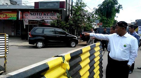 Walikota Bekasi Rahmat Effendi sempat memberi arah arus lalulintas di Jalan Raya Kartini dalam  perbaikan, Selasa 15 Nopember 2016.[BEN]