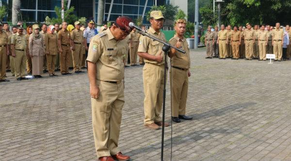 Walikota Bekasi Rahmat Effendi menghukum dua ASN yang berdiri dibelakangnya saat apel Senin 7 Nopember 2016.[BEN]