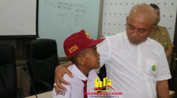 Walikota Bekasi Rahmat Effendi saat bersama murid SD.[DOK]