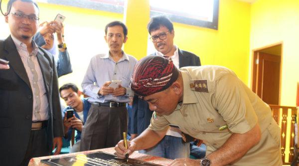 Walikota Bekasi Rahmat Effendi menanda tangani prasasti Joglo Pare Anom di Yellow Kampus Bekasi, Kelurahan Margahayu, Kecamatan Bekasi Timur, Senin 7 Nopember 2016.[BEN]