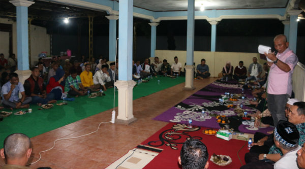 Walikota Bekasi Rahmat Effendi bersama warga Cikiwul, Kecamatan Bantargebang, bicarakan dana kompensasi, Minggu 13 Nopember 2016 malam.[BEN]