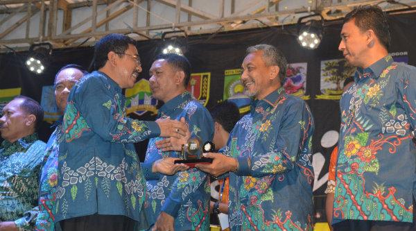 Wakil Walikota Bekasi Ahmad Syaikhu menerima plakat dari Wakil Gubernur Jawa Tengah Heru Sujatmoko, pada pembukaan Rakerkomwil III Apeksi di Kota Salatiga.[ISH]