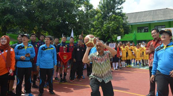 Wakil Walikota Bekasi Ahmad Syaikhu melempar bola basket dimulainya pembukaan Porseni Pelajar Yayasan Patriot Kota Bekasi, Kamis 17 Nopember 2016.[ISH]