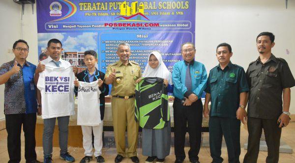 Wakil Walikota Bekasi Ahmad Syaikhu bersama pelajar dan guru Global Teratai Putih, Selasa 15 Nopember 2016.[ISH]