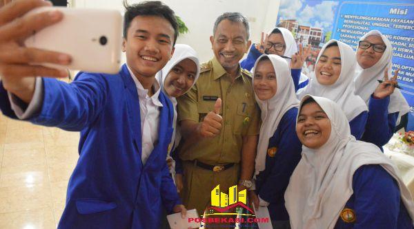 Wakil Walikota Bekasi Ahmad Syaikhu selfie bersama pelajar Global Teratai Putih, Selasa 15 Nopember 2016.[ISH]