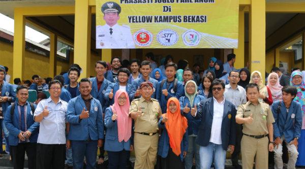 Walikota Bekasi Rahmat Effendi di Yellow Kampus Bekasi, Kelurahan Margahayu, Kecamatan Bekasi Timur, Senin 7 Nopember 2016.[BEN]