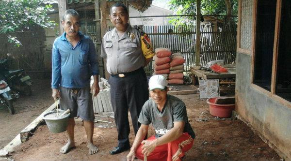 Binmaspol Desa Muktijaya, Bripka Cartawan, bersama warga saat memperbaiki rumah Icang di Kampung Manga, Setu,, Senin 19 Desember 2016.[ZAI]