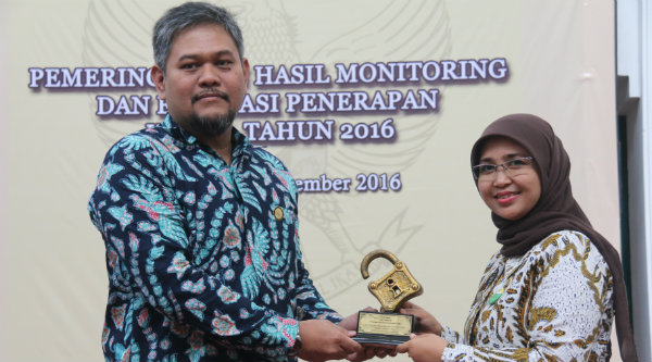 Kasubag Hub Eksternal Bagian Humas Setda Kota Bekasi, Fitri Widyati, menerima penghargaan dari Kepala Dinas Komunikasi dan Informatikan Jawa Barat, Anton Gustoni.[EZI]
