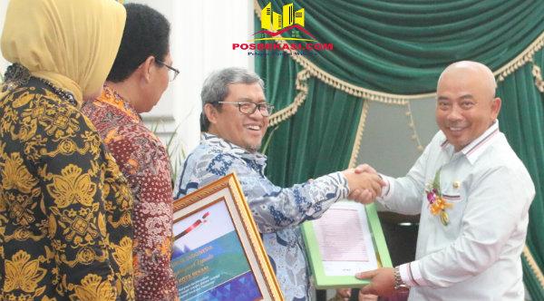 Walikota Bekasi Rahmat Effendi menerima penghargaan WTP dari Gubernur Jabar Ahmad Heryawan.[BEN]