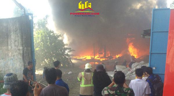 Gudang limbah milik H Suad Amin di Kampung Pekopen Barat, terbakar.[ZAI]