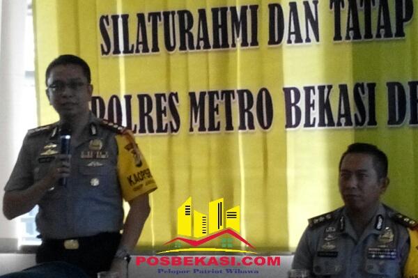 Kapolres Metro Bekasi Kombes Pol Asep Adi Saputra didampingi Wakapolres Metro Bekasi AKBP Putu Putra S pada silaturahmi dengan Wartawan di Cikarang Utara, Senin 9 Desember 2016.[HSB]