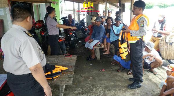 Kapolsek Muara Gembong, AKP Sigit Sudarmono, saat memberikan sosialisasi keselamatan pada para nelayan di Kampung Kampung Nelayan Muara Bendera, Rabu 21 Desember 2016.[YAN]
