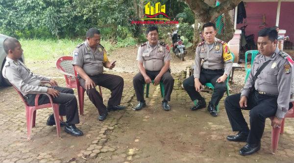 Kapolsek Setu AKP Agus Rohmat memantau langsung pengamanan Gereja Kristen Pasundan, Cigelam, Muktijaya, Sabtu 17 Desember 2016.[HSB]