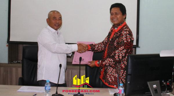 Komans HAM M Imdadun Rahmat memberikan penghargaan Walikota Bekasi Rahmat Effendi sebagai daerah percontohan dalam pemenuhan hak kebebasan beragama dan berkeyakinan.[BEN]