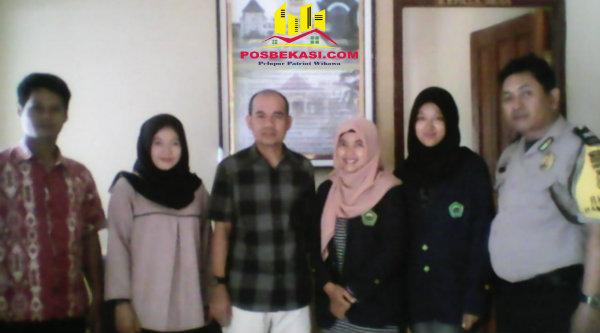 Kepala Desa Rudi Catur Pribadi dan Binmaspol Desa Kertarahayu, Aiptu Yulianto bersama mhasiswa KKL Unisma.[EZI]