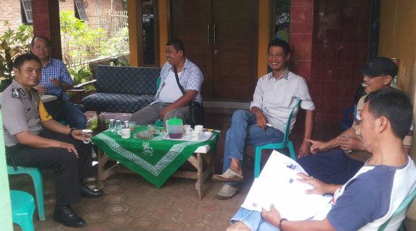 Jajaran Polsek Setu saat menyambangi markas GMBI di Desa Cijengkol.[RAD]