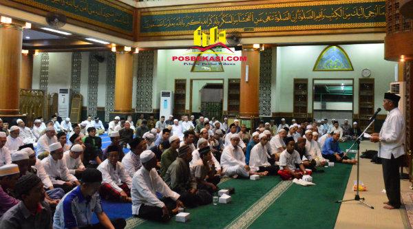 Wakil Walikota Bekasi H Ahmad Syaikhu bersama ASN dan jamaah pada peringatan Maulid Nabi Muhammad SAW, di Masjid Agung Al Barkah Kota Bekasi, Selasa 13 Desember 2016.[ISH]