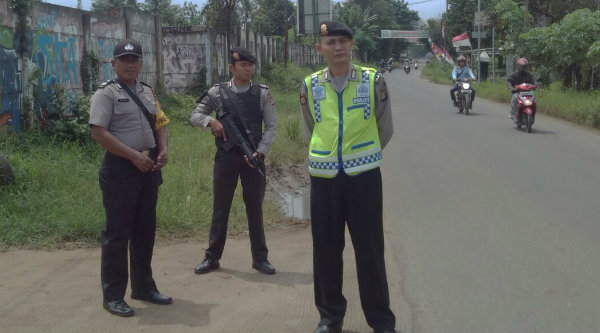 Pengamanan dan pantauan patroli mobile Polsek Setu di jalan raya.[RAD]