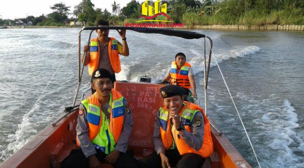 Kanit Patroli Aipda M Muji bersama angota berpatroli menyisir pantai dan tengah laut.[ROM]