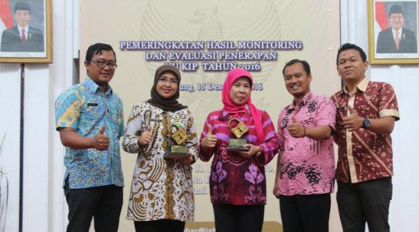 Kota Bekasi meraih dua penghargaan pelayanan informasi public terbuka.[EZI]