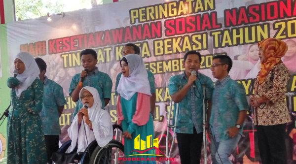 "Penyandang cacat melantunkan lagu ""Bubuy Bulan"" pada peringatan HKSN Kota Bekasi.[BEN]"