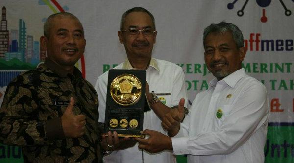 Walikota Bekasi Rahmat Effendi di Bekasi, Wakil Walikota Bekasi Ahmad Syaikhu dan Sekda Kota Bekasi Drs Rayendra Sukarmadji memegang piala Dana Rakca 2016.[IST]