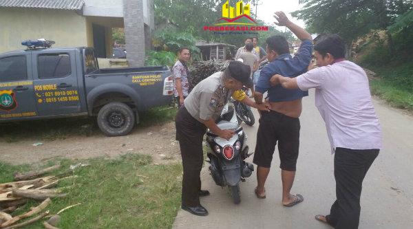Anggota Polsek Muara Gembong memeriksa dan menggeledah pengemudi sepeda motor yang tengah melintas saat Operasi Preman digelar pada Senin 19 Desember 2016.[SUB]