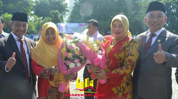 Walikota Bekasi Rahmat Effendi dan Wakil Walikota Bekasi Ahmad Syaikhu menghadiahkan bunga untuk pasangan masing-masing di Hari Ibu, Kamis 22 Desember 2016.[BEN]