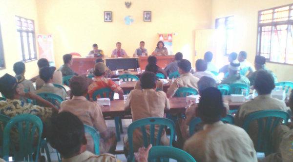 Rapat Minggon di Aula Kantor Desa Muktijaya, Kamis 29 Desember 2016.[HSB]