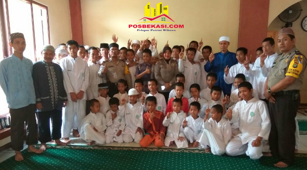 Kanit Binmas Polsek Setu, Iptu Desy Yulhasri bersama santi wan Yayasan Zaid bin Tsabit.[HSB]