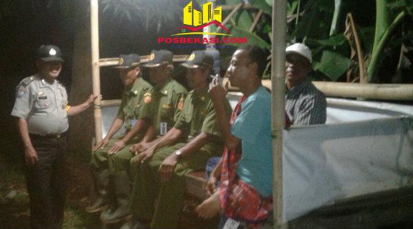 Anggota Polsek Muara Gembong, Aiptu Triyadi bersama Linams dan penjaga Pos Siskamling pada Kamis 22 Desember 2016 dinihari.[HSB]